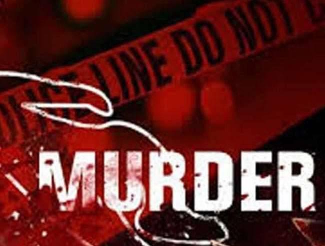 पत्नी की हत्या की और फिर उसके शव को झाड़ियों में ले जाकर कपड़े उतार दिए, जिससे पुलिस को लगे कि किसी ने दुष्कर्म के बाद महिला की हत्या कर दी।