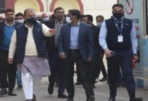 रूपेश सिंह की आखिरी तस्वीर जो बिहार के स्वास्थ्य मंत्री मंगल पांडेय और स्वास्थ्य विभाग के प्रधान सचिव प्रत्यय अमृत के साथ है, अब सोशल मीडिया पर वायरल हो रही है।