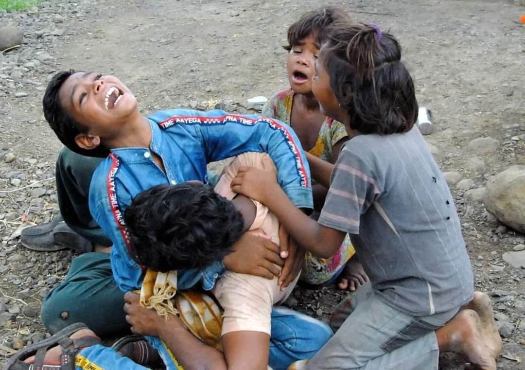बच्चों की गोद में बाप की नहीं हैं ,भारत की मरी हुई आत्मा और जनता की है