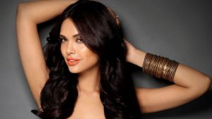 Esha Gupta images(photos), age, height, net worth, date of birth, family, biography, son, marriage, boyfriend, education, awards, hairstyle, instagram, twitter, facebook, wiki, imdb
