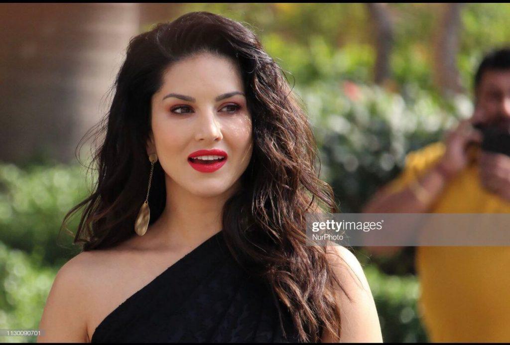 Sunny Leone smile, latest news, age, wiki, imdb, instagram, twitter, birthday, net worth (33)