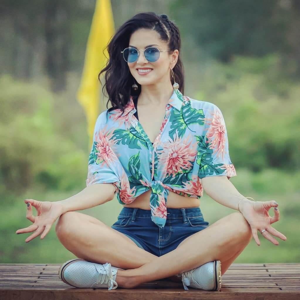 Sunny Leone smile, latest news, age, wiki, imdb, instagram, twitter, birthday, net worth (34)