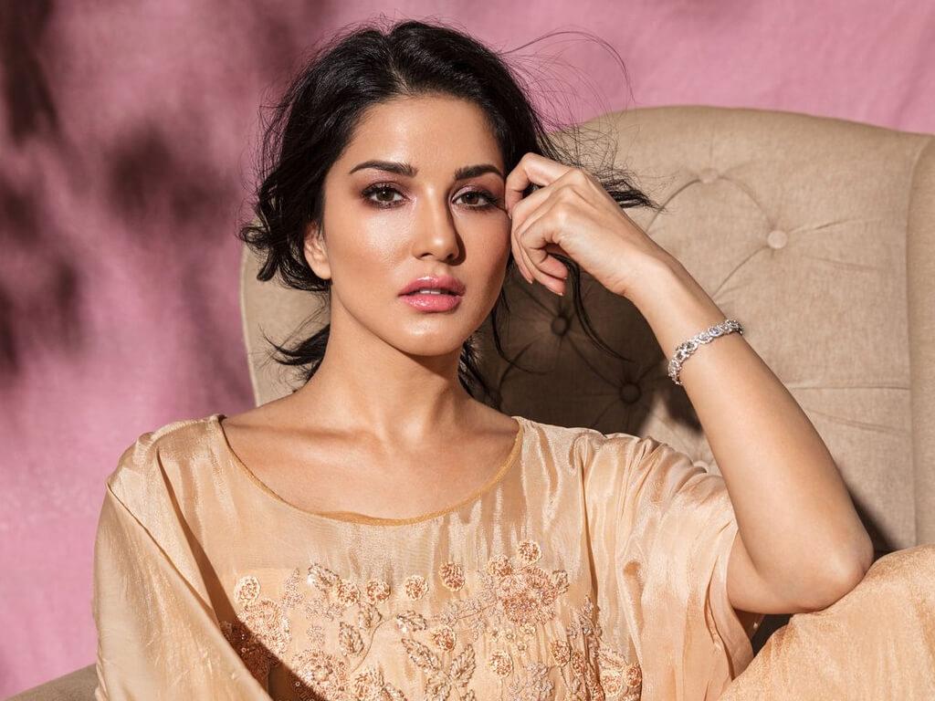 Sunny Leone smile, latest news, age, wiki, imdb, instagram, twitter, birthday, net worth (4)