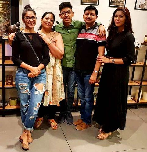Mrunal Thakur Age, Husband, Biography, Images(photos), Height, Family, Instagram, Education, Net Worth, Twitter, Facebook, Wikipedia, Imdb