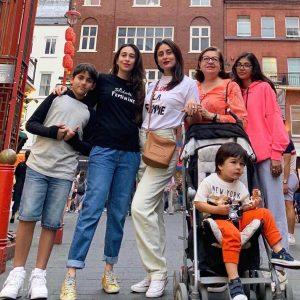 Kareena Kapoor Khan Age Kareena Kapoor Birthday Date, Images, Photos, Son, Birthdate, Height, Picture In Saree, Net Worth, Husband, Family, Instagram (5)