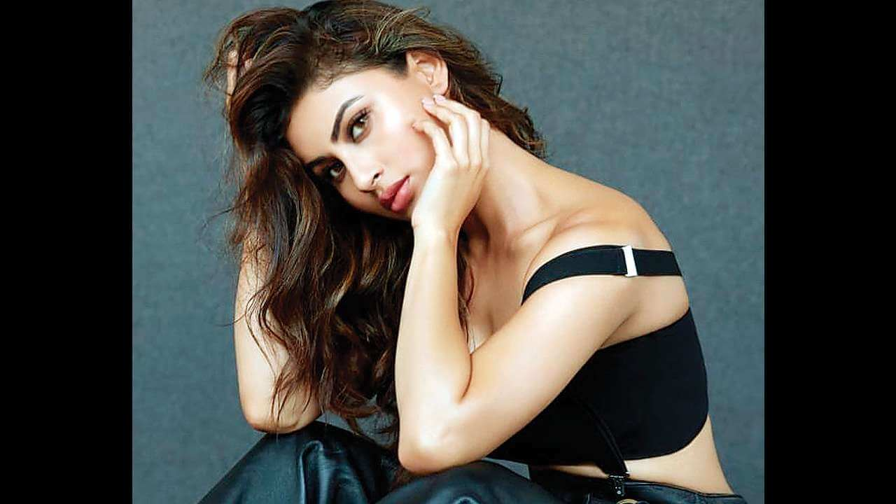 Mouni Roy Age, Photo(images), Boyfriend, Bio, Height, Family, Date Of Birth, Net Worth, Details, Hairstyle, Height, Education, Instagram, Wiki, Twitter, Facebook, Imdb, Youtube (71)