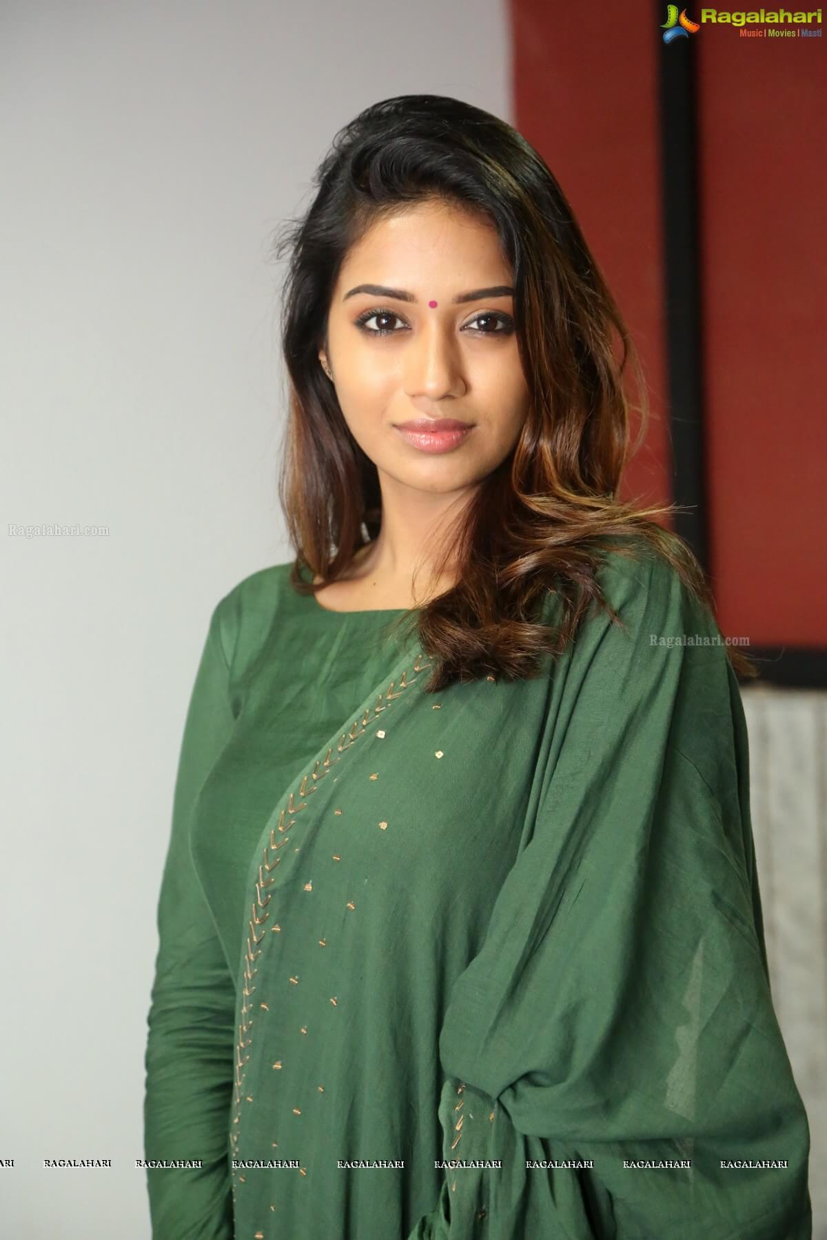 Nivetha Pethuraj Date Of Birth, Wallpapers, Age, Biography, Net Worth, Height, Education, Wiki, Facebook, Twitter, Imdb, Instagram, Youtube (37)