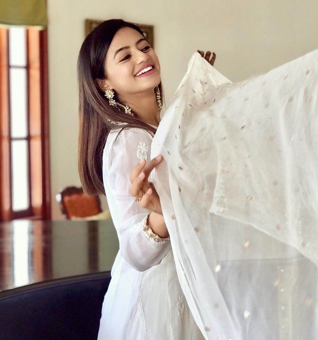 Helly Shah Age, Photos, Biography, Religion, Awards, Family, Height, Birthday, Boyfriend, Net Worth, Education, Instagram, Twitter, Facebook, Wiki, Imdb (21)