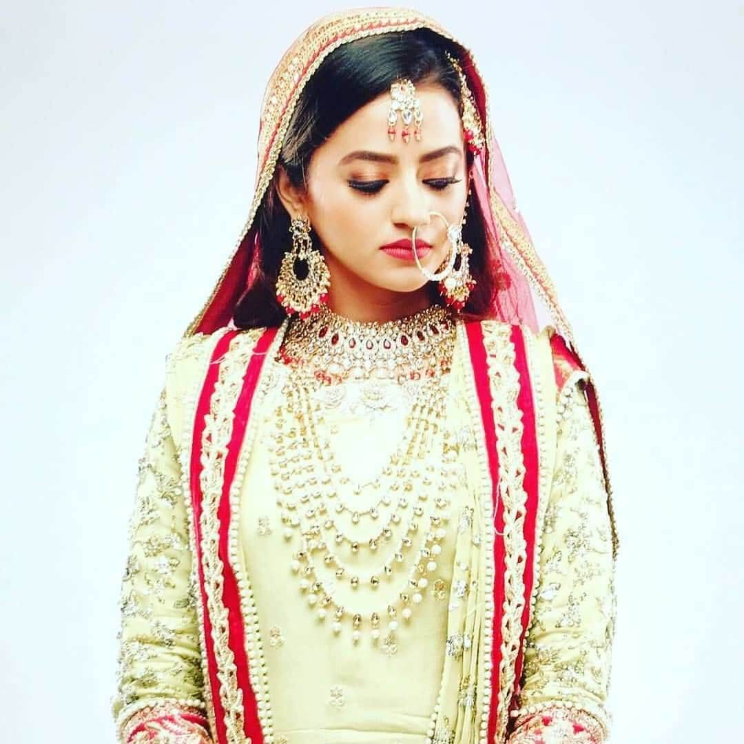 Helly Shah Age, Photos, Biography, Religion, Awards, Family, Height, Birthday, Boyfriend, Net Worth, Education, Instagram, Twitter, Facebook, Wiki, Imdb (4)