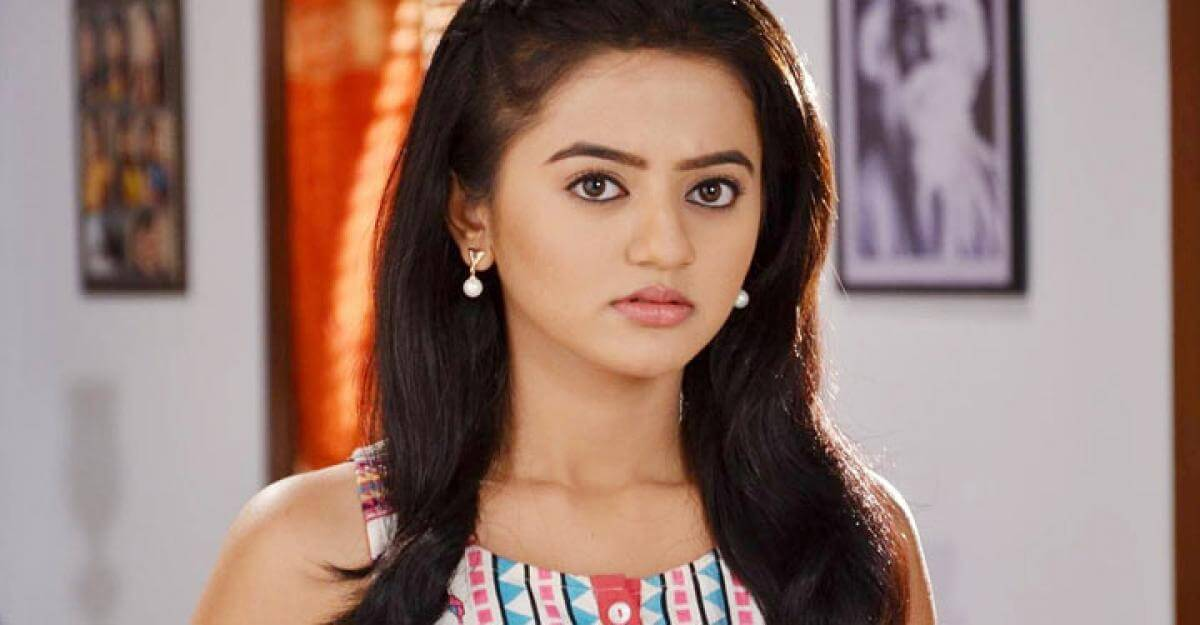 Helly Shah Age, Photos, Biography, Religion, Awards, Family, Height, Birthday, Boyfriend, Net Worth, Education, Instagram, Twitter, Facebook, Wiki, Imdb (6)