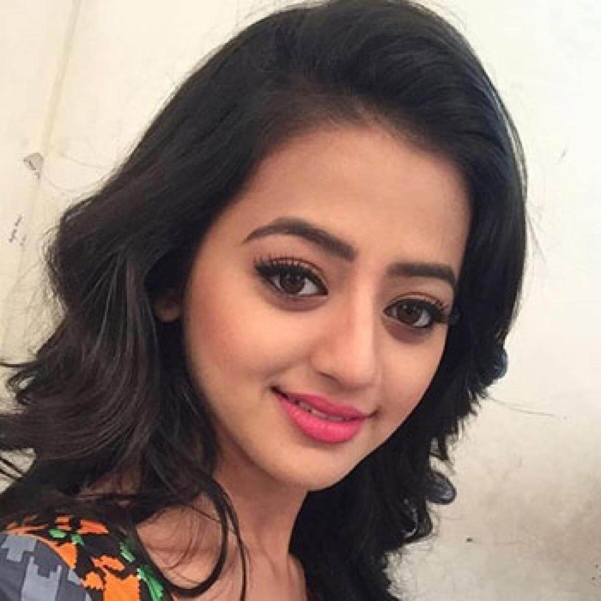 Helly Shah Age, Photos, Biography, Religion, Awards, Family, Height, Birthday, Boyfriend, Net Worth, Education, Instagram, Twitter, Facebook, Wiki, Imdb (7)