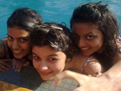 Top 10 Bollywood Actress Without Makeup Alia Bhatt In Swimming Pool
