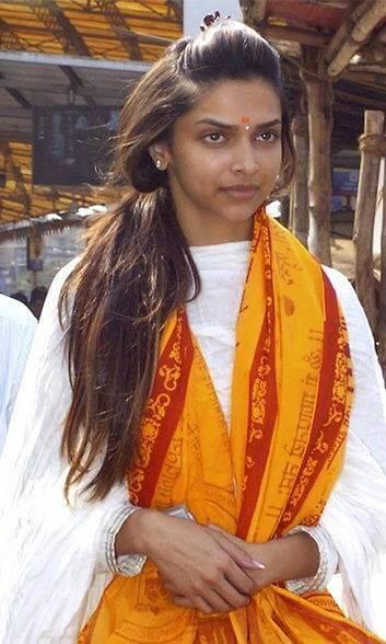 Top 10 Bollywood Actress Without Makeup Deepika Padukone Hot Looking Smiling Face At Temple