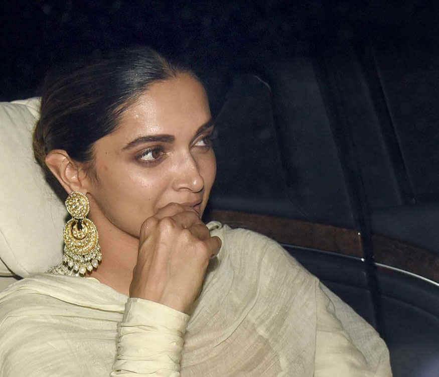 Top 10 Bollywood Actress Without Makeup Deepika Padukone Hot Looking In Car