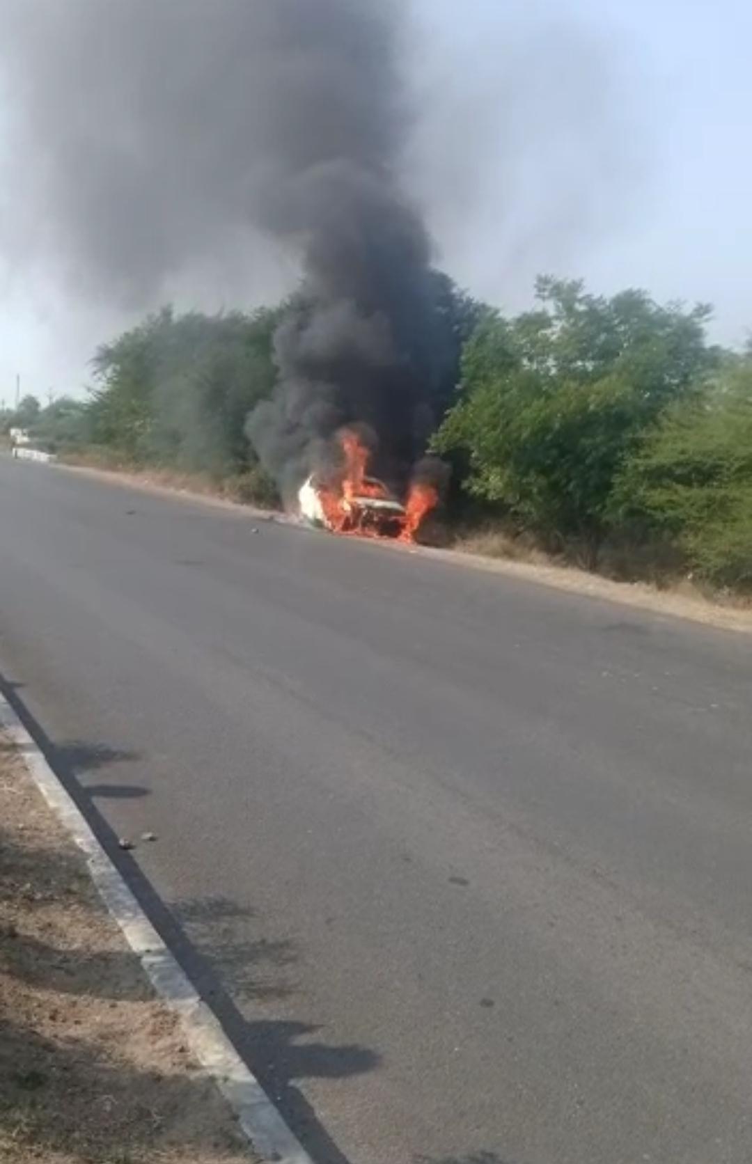 अचानक कारमें लगी आग, ऑटो लोक नहीं खुलने पर चीखते-चिल्लाते जलकर राख हुआ चालक, वीडियो 38