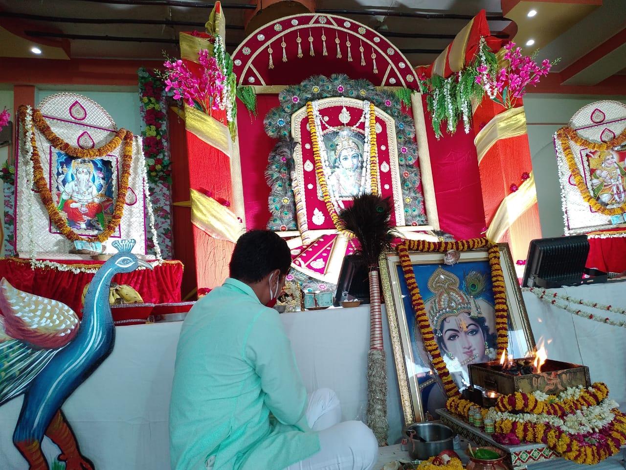 म्हारो श्याम धणी परिवार मीणावाला सिरसी रोड जयपुर ने सोशल डिस्टेसिंग का पालन करते हुए सजाया  बाबा श्याम का दरबार ।