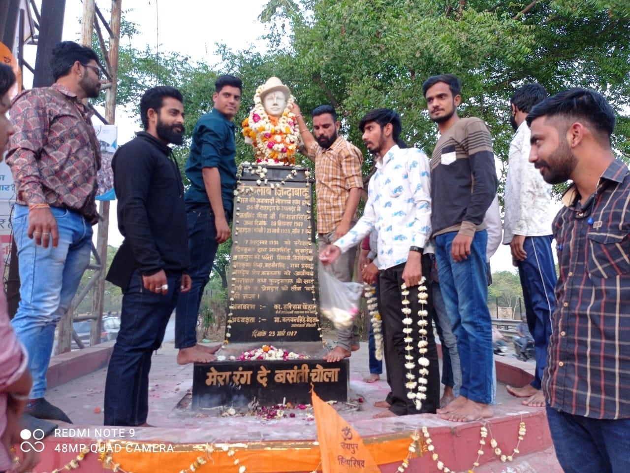 शहीद दिवस पर करणी सेना ने भगत सिंह की मूर्ति पर किया माल्यार्पण
