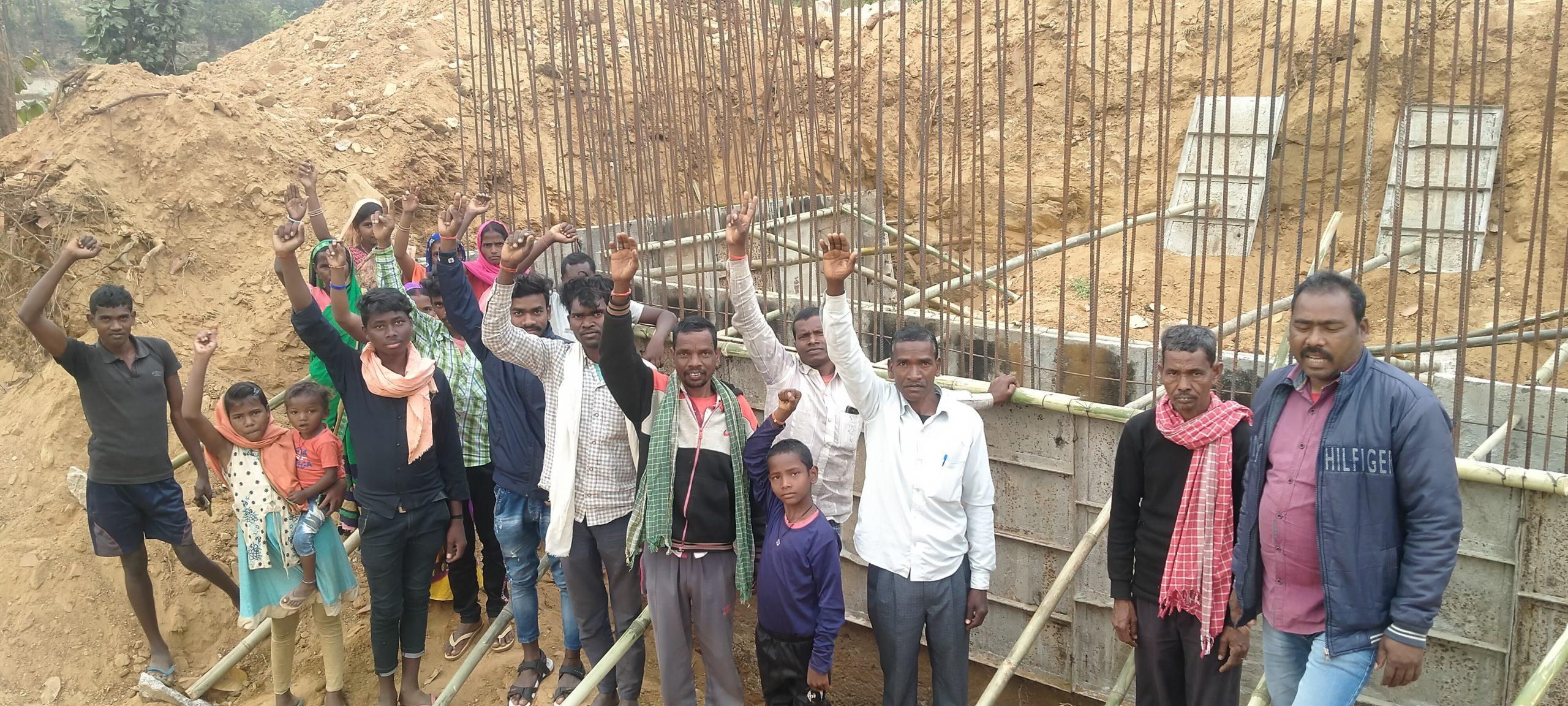 ग्रमीणों ने भवानी नदी में हो रहे घटिया पुल निर्माण की जांच कराने की मांग।कार्य किया ठप