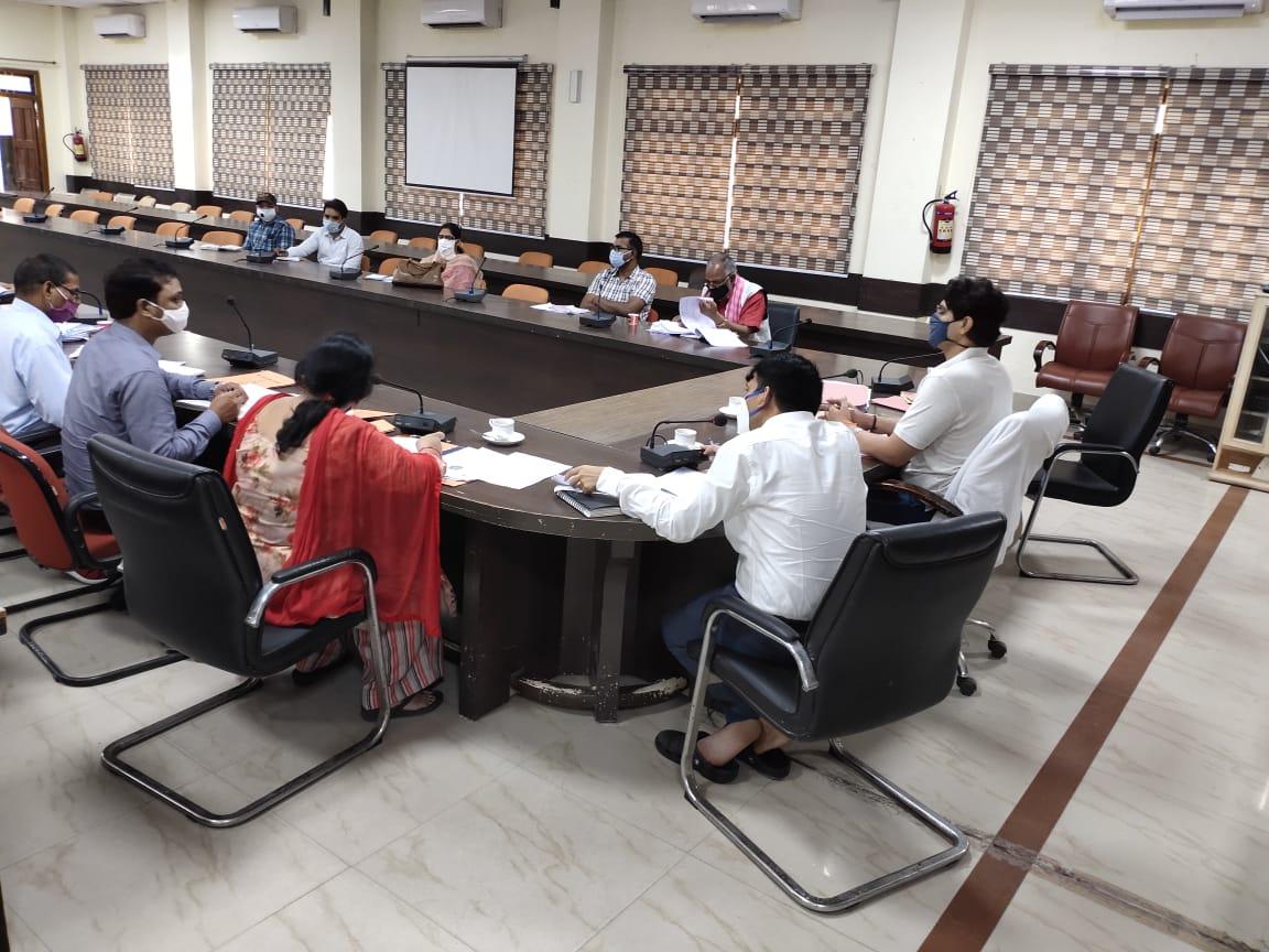 जिलाधिकारी प्रयागराज श्री भानु चंद्र गोस्वामी में आज संगम सभागार में नगर निगम के अधिशासी अधिकारियों के साथ बैठक की