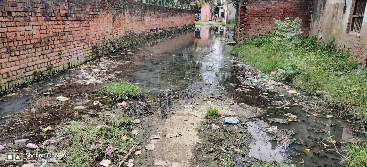 लखनऊ राजधानी के नगर निगम अधिकारियों की लापरवाही के कारण इब्राहिम पुर द्वितीय वार्ड में गंदगी के बीच लोगो का जीवन संकट में