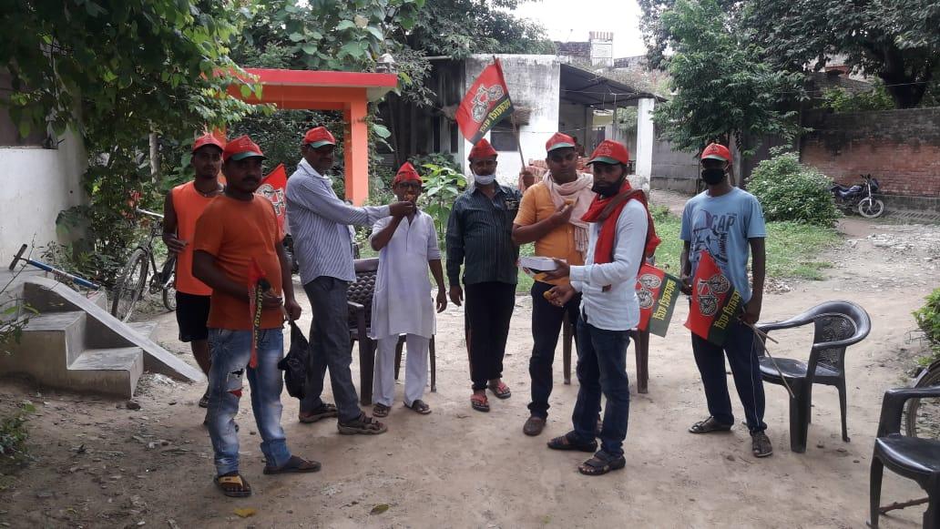डाँ राजपाल कश्यप के पिछडा वर्ग प्रकोष्ठ के प्रदेश अध्यक्ष बनने पर कार्यकर्ताओं ने बांटी मिठाई