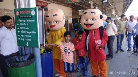मुरादाबाद रेलवे स्टेशन पर कार्टून करेक्टर मोटू-पतलू ने दिया सफाई का संदेश