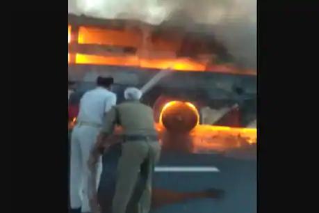 फिरोजाबाद: बिहार से गुजरात जा रही स्लीपर बस में लगी आग, एक की जिंदा जलकर मौत और 2 घायल